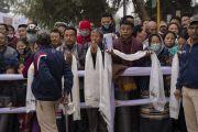 Верующие выстроились вдоль дороги, чтобы выразить почтение Его Святейшеству Далай-ламе, прибывающему на место проведения посвящений Калачакры. Бодхгая, штат Бихар, Индия. 6 января 2018 г. Фото: Лобсанг Церинг.