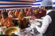 Индийские буддисты во время обеда, организованного Доверительным фондом Его Святейшества Далай-ламы по завершении второго дня учений по «Сутре Колеса Учения» и сутре «Ростки риса». Бодхгая, штат Бихар, Индия. 6 января 2018 г. Фото: Лобсанг Церинг.