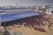Вид на место проведения посвящений Калачакры во время второго дня учений Его Святейшества Далай-ламы по «Сутре Колеса Учения» и сутре «Ростки риса». Бодхгая, штат Бихар, Индия. 6 января 2018 г. Фото: Лобсанг Церинг.
