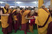 Бывший держатель трона Ганден Ризонг Ринпоче приветствует Его Святейшество Далай-ламу в начале второго дня учений по «Сутре Колеса Учения» и сутре «Ростки риса». Бодхгая, штат Бихар, Индия. 6 января 2018 г. Фото: Лобсанг Церинг.