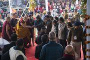 По прибытии на площадку для проведения учений «Калачакра Майдан» Его Святейшество Далай-лама приветствует сотрудников службы безопасности. Бодхгая, штат Бихар, Индия. 7 января 2018 г. Фото: Лобсанг Церинг.