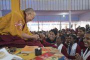 Его Святейшество Далай-лама благодарит школьников, прочитавших «Восхваление семнадцати пандитам славной Наланды» на санскрите в начале заключительного дня учений по «Сутре Колеса Учения» и сутре «Ростки риса». Бодхгая, штат Бихар, Индия. 7 января 2018 г. Фото: Лобсанг Церинг.