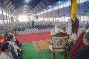 Его Святейшество Далай-лама обращается к более чем 50 000 верующих, собравшихся на учения и презентацию первого тома серии «Наука и философия в индийской буддийской классике» под названием «Физический мир». Бодхгая, штат Бихар, Индия. 7 января 2018 г. Фото: Лобсанг Церинг.