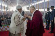 Его Святейшество Далай-лама и главный министр штата Бихар Шри Нитиш Кумар обмениваются приветствиями перед началом презентации первого тома серии «Наука и философия в индийской буддийской классике» под названием «Физический мир». Бодхгая, штат Бихар, Индия. 7 января 2018 г. Фото: Лобсанг Церинг.