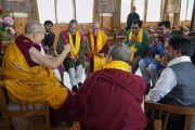 Его Святейшество Далай-лама общается с членами буддийского общества «Наланда Шикша», организовавшими учения по «Сутре Колеса Учения» и сутре «Ростки риса». Бодхгая, штат Бихар, Индия. 7 января 2018 г. Фото: дост. Тензин Джампель.