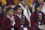 Группа школьников читает «Восхваление семнадцати пандитам славной Наланды» на санскрите в начале заключительного дня учений Его Святейшества Далай-ламы по «Сутре Колеса Учения» и сутре «Ростки риса». Бодхгая, штат Бихар, Индия. 7 января 2018 г. Фото: Лобсанг Церинг.