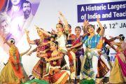 Танцовщицы исполняют классический танец в начале церемонии открытия Второго национального конгресса учителей. Пуна, штат Махараштра, Индия. 10 января 2018 г. Фото: Лобсанг Церинг.