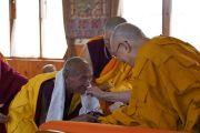 По завершении церемонии Его Святейшество Далай-лама преподносит каждому монаху, принявшему полные монашеские обеты, традиционный шарф-хадак и статуэтку Будды. Бодхгая, штат Бихар, Индия. 12 января 2018 г. Фото: дост. Тензин Джампель.