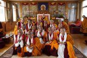 Его Святейшество Далай-лама фотографируется с монахами, принявшими полные монашеские обеты, по завершении церемонии в тибетском храме. Бодхгая, штат Бихар, Индия. 12 января 2018 г. Фото: дост. Тензин Джампель.