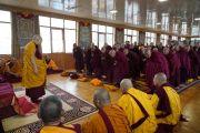 Его Святейшество Далай-лама приветствует монахов, собравшихся в тибетском храме, чтобы принять полные монашеские обеты. Бодхгая, штат Бихар, Индия. 12 января 2018 г. Фото: дост. Тензин Джампель.