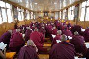 Монахи читают текст во время церемонии дарования полных монашеских обетов, организованной в новом зале собраний тибетского храма. Бодхгая, штат Бихар, Индия. 12 января 2018 г. Фото: дост. Тензин Джампель.