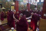 Его Святейшество Далай-лама благодарит настоятелей и учителей школы гелуг по завершении встречи, прошедшей в тибетском храме. Бодхгая, штат Бихар, Индия. 13 января 2018 г. Фото: Тензин Чойджор.