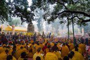 Его Святейшество Далай-лама возносит молитвы у ступы Махабодхи, приуроченные к пятнадцатой годовщине со дня смерти кхенпо Джигме Пхунцока, прославленного ламы школы ньингма, который был сердцем процветающего буддийского сообщества в Ларунг Гаре в Тибете. Бодхгая, штат Бихар, Индия. 13 января 2018 г. Фото: Тензин Чойджор.