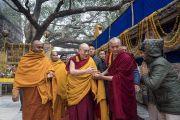 Совершая обхождение храма Махабодхи, Его Святейшество Далай-лама приветствует женщину-полицейского из службы безопасности. Бодхгая, штат Бихар, Индия. 13 января 2018 г. Фото: Тензин Чойджор.