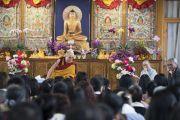 Его Святейшество Далай-лама беседует с буддистами из Вьетнама в новом зале собраний тибетского храма. Бодхгая, штат Бихар, Индия. 13 января 2018 г. Фото: Тензин Чойджор.