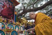 Его Святейшество Далай-лама возжигает масляную лампаду у изображения  кхенпо Джигме Пхунцока, прославленного ламы школы ньингма, который был сердцем процветающего буддийского сообщества в Ларунг Гаре в Тибете. Бодхгая, штат Бихар, Индия. 13 января 2018 г. Фото: Тензин Чойджор.