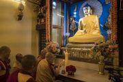 Его Святейшество Далай-лама зажигает свечу и благовония у статуи Будды в храме Махабодхи. Бодхгая, штат Бихар, Индия. 13 января 2018 г. Фото: Тензин Чойджор.