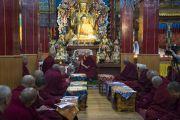 Его Святейшество Далай-лама, настоятели и учителя школы гелуг беседуют об улучшении образования в монастырях-университетах школы гелуг во время встречи в тибетском храме. Бодхгая, штат Бихар, Индия. 13 января 2018 г. Фото: Тензин Чойджор.