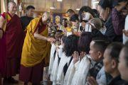 Его Святейшество Далай-лама приветствует своих почитателей, собравшихся утром в тибетском храме. Бодхгая, штат Бихар, Индия. 13 января 2018 г. Фото: Тензин Чойджор.