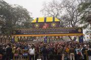 Верующие собрались у входа в храм Махабодхи, ожидая прибытия Его Святейшества Далай-ламы. Бодхгая, штат Бихар, Индия. 13 января 2018 г. Фото: Тензин Чойджор.