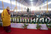 Его Святейшество Далай-лама приветствует более 30 000 верующих по прибытии на площадку для проведения учений «Калачакра Майдан». Бодхгая, штат Бихар, Индия. 14 января 2018 г. Фото: Лобсанг Церинг.