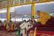 Его Святейшество Далай-лама шутливо приветствует одного из верующих перед началом учений на площадке «Калачакра Майдан». Бодхгая, штат Бихар, Индия. 14 января 2018 г. Фото: Лобсанг Церинг.