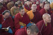 Верующие слушают перевод учений Его Святейшества Далай-ламы по FM-радио. Бодхгая, штат Бихар, Индия. 14 января 2018 г. Фото: Лобсанг Церинг.