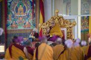 Его Святейшество Далай-лама дает комментарии по тексту во время первого дня учений на площадке «Калачакра Майдан». Бодхгая, штат Бихар, Индия. 14 января 2018 г. Фото: Лобсанг Церинг.