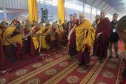 По прибытии на площадку для проведения учений «Калачакра Майдан» Его Святейшество Далай-лама приветствует монахов. Бодхгая, штат Бихар, Индия. 14 января 2018 г. Фото: Лобсанг Церинг.