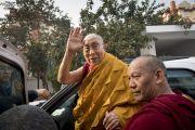 Его Святейшество Далай-лама приветствует своих почитателей перед тем, как направиться из тибетского храма на площадку для проведения учений «Калачакра Майдан». Бодхгая, штат Бихар, Индия. 15 января 2018 г. Фото: Мануэль Бауэр.