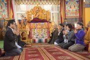 Группа буддистов из Японии поет «Сутру сердца» на японском языке в начале второго дня учений Его Святейшества Далай-ламы. Бодхгая, штат Бихар, Индия. 15 января 2018 г. Фото: Мануэль Бауэр.