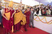 По завершении второго дня учений Его Святейшество Далай-лама покидает павильон Калачакры. Бодхгая, штат Бихар, Индия. 15 января 2018 г. Фото: Мануэль Бауэр.