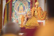 Его Святейшество Далай-лама дает комментарии к тексту во время второго дня учений в Бодхгае. Бодхгая, штат Бихар, Индия. 15 января 2018 г. Фото: Мануэль Бауэр.