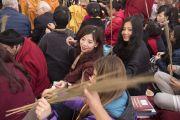 Верующим раздают стебли травы куша во время подготовительных церемоний для посвящения Авалокитешвары, проводимых Его Святейшеством Далай-ламой. Бодхгая, штат Бихар, Индия. 15 января 2018 г. Фото: Мануэль Бауэр.