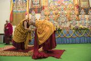 Прибыв в начале второго дня учений в павильон Калачакры, Его Святейшество Далай-лама приветствует одного из старших монахов перед тем, как провести подготовительные церемонии для посвящения Авалокитешвары. Бодхгая, штат Бихар, Индия. 15 января 2018 г. Фото: Мануэль Бауэр.