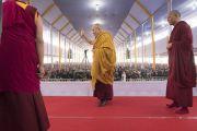 Перед тем как занять свое место на троне, Его Святейшество Далай-лама приветствует более 30 000 верующих, собравшихся на учения. Бодхгая, штат Бихар, Индия. 15 января 2018 г. Фото: Мануэль Бауэр.