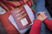 Книга с сочинениями «37 практик бодхисаттвы» и «Комментарий по бодхичитте» на вьетнамском языке, одном из многих языков, на которые переводятся учения Его Святейшества Далай-ламы. Бодхгая, штат Бихар, Индия. 15 января 2018 г. Фото: Мануэль Бауэр.