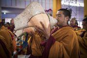 Монах дует в традиционную белую раковину в ходе молебна о долгой жизни Его Святейшества Далай-ламы. Бодхгая, штат Бихар, Индия. 16 января 2018 г. Фото: Мануэль Бауэр.
