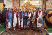 Его Святейшество Далай-лама фотографируется с монгольскими музыкантами, которым по завершении выступления он преподнес традиционные белые шарфы-хадаки. Бодхгая, штат Бихар, Индия. 16 января 2018 г. Фото: Мануэль Бауэр.