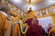 Перед тем как занять свое место на троне, Его Святейшество Далай-лама приветствует верующих. Бодхгая, штат Бихар, Индия. 16 января 2018 г. Фото: Мануэль Бауэр.