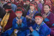 Семья буддистов из Монголии среди более 30 000 верующих во время посвящения Авалокитешвары, даруемого Его Святейшеством Далай-ламой. Бодхгая, штат Бихар, Индия. 16 января 2018 г. Фото: Мануэль Бауэр.
