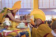 Настоятель монастыря Намгьял Тхомтог Ринпоче совершает ритуальные подношения во время молебна о долгой жизни Его Святейшества Далай-ламы. Бодхгая, штат Бихар, Индия. 16 января 2018 г. Фото: Мануэль Бауэр.