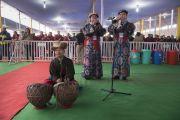Артисты Тибетского института исполнительских искусств выступают в то время, как Его Святейшество Далай-лама прибывает на площадку «Калачакра Майдан» в начале заключительного дня учений. Бодхгая, штат Бихар, Индия. 16 января 2018 г. Фото: Мануэль Бауэр.