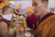 Монахи совершают ритуальные подношения во время молебна о долгой жизни Его Святейшества Далай-ламы. Бодхгая, штат Бихар, Индия. 16 января 2018 г. Фото: Мануэль Бауэр.