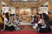 Группа вьетнамских монахов и мирян поет «Сутру сердца» на вьетнамском языке перед началом учений Его Святейшества Далай-ламы. Бодхгая, штат Бихар, Индия. 16 января 2018 г. Фото: Мануэль Бауэр.