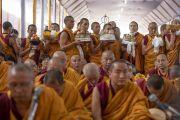 Монахи держат в руках ритуальные подношения во время молебна о долгой жизни Его Святейшества Далай-ламы. Бодхгая, штат Бихар, Индия. 16 января 2018 г. Фото: Мануэль Бауэр.
