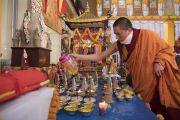 Монах наливает в чаши освященную воду во время посвящения Авалокитешвары, даруемого Его Святейшеством Далай-ламой. Бодхгая, штат Бихар, Индия. 16 января 2018 г. Фото: Мануэль Бауэр.