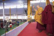 Перед тем как покинуть павильон Калачакры по завершении заключительного дня учений, Его Святейшество Далай-лама машет верующим рукой на прощание. Бодхгая, штат Бихар, Индия. 16 января 2018 г. Фото: Мануэль Бауэр.