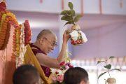 Его Святейшество Далай-лама держит в руке ритуальный сосуд во время посвящения Авалокитешвары. Бодхгая, штат Бихар, Индия. 16 января 2018 г. Фото: Мануэль Бауэр.