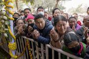Верующие собрались у тибетского храма, в надежде хоть мельком увидеть Его Святейшество Далай-ламу, возвращающегося по завершении учений. Бодхгая, штат Бихар, Индия. 16 января 2018 г. Фото: Мануэль Бауэр.